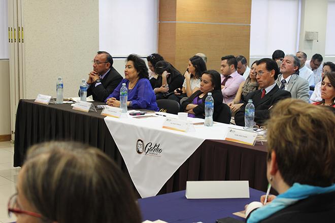 Imagen: Alumnos estudian acceso a financiamiento de las PYMES