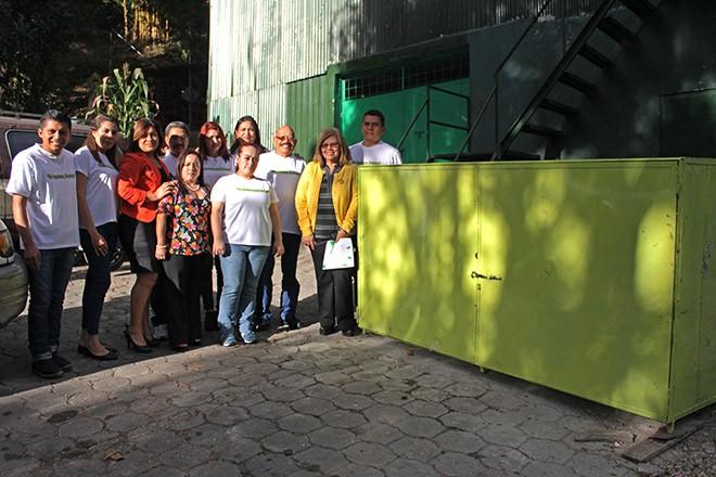 Imagen: Estudiantes donan contenedor como aporte para el reciclaje de papel