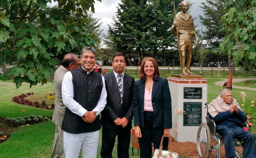 U Galileo invitada a develar estatua de Mahatma Ghandi