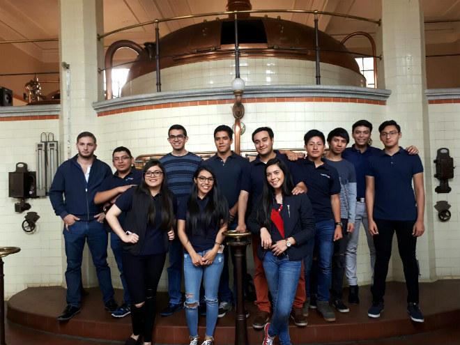 Imagen: Estudiantes conocen proceso de producción en empresa de prestigio