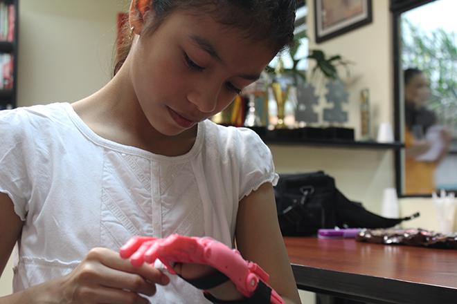 """Imagen: U Galileo y estudiantes de Ingeniería donan prótesis """"Galileo Hand"""""""