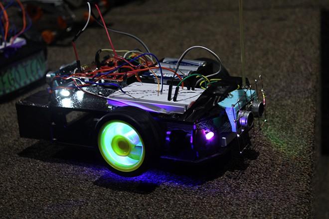 Imagen: Estudiantes de colegios e institutos aprenden a crear carros autónomos