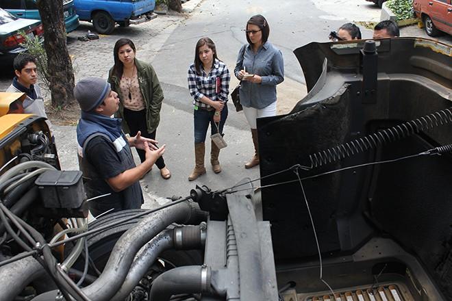 Imagen: Estudiantes presentan motor de bus eficiente y ecológico