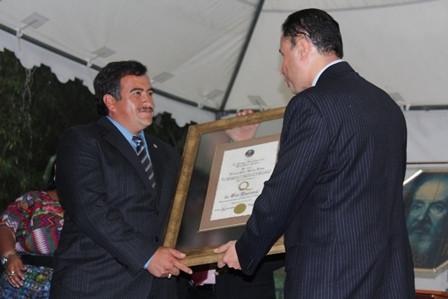 """Imagen: Entregan """"Q de Oro"""" a Alcalde de Santa Apolonia"""