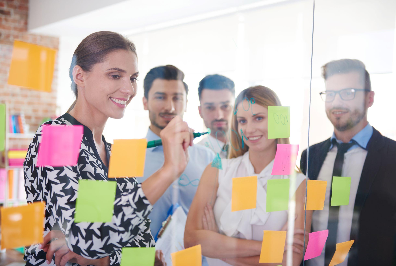 Trabajadores dando ideas de proyectos.