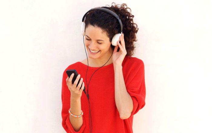Mujer utiliza una interfaz de usuario de voz