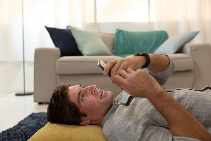 Hombre utiliza una interfaz de usuario de voz