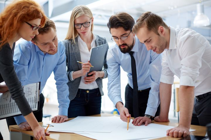 Líder delega tareas a su equipo