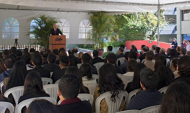 Imagen: Dr. Eduardo Suger da bienvenida a estudiantes de primer ingreso 2017